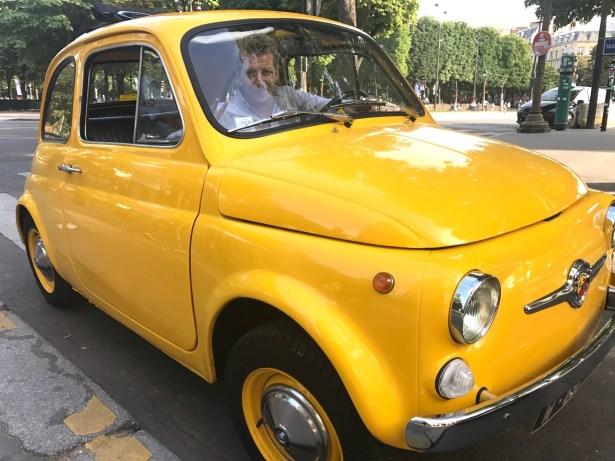 L'Homme Tendance en vadrouille dans Paris avec une Fiat 500 d'origine.