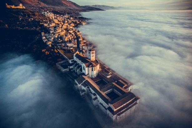 La tête dans les nuages - Crédit : Dronestagram