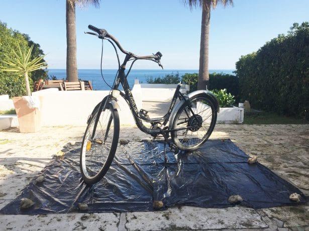 On protège la surface en dessous - upcycling customisation vélo