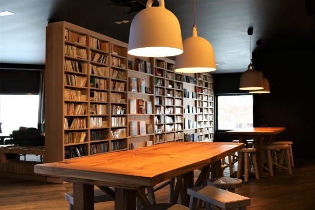 Espace détente et lecture à l'Hôtel Araucaria La Plagne
