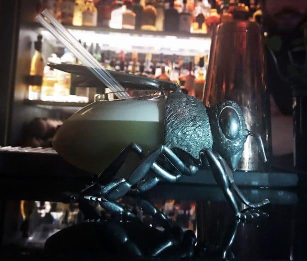 Nektar : Cocktail servi dans un verre Abeille Butineuse