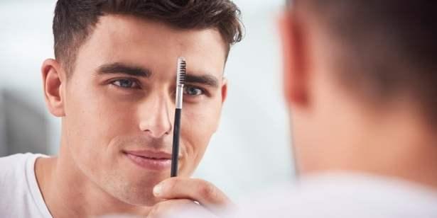 Petite brosse à sourcils avant de tailler ou épiler ses sourcils