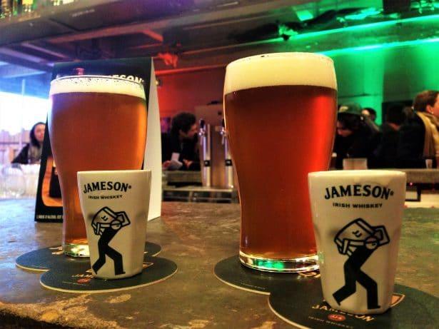 A gauche la bière blonde et le Jameson Original, à droite la IPA et le Jameson Black Barrel