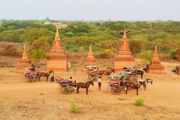 Promenade en calèches sur le site des temples en briques rouges de Bagan, Birmanie