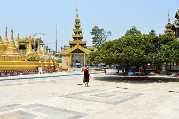 Pagode Shwemawdaw - Birmanie - Il faisait plus de 40°c, les gens s'abritaient sous les arbres pour faire la sieste par exemple