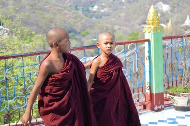 Moines à la pagode Soon U Ponya Shin Paya