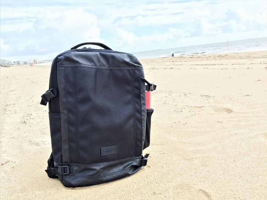 Petite pause sur la plage pour mon nouveau sac à dos Eastpak Tecum M CNNCT Coat