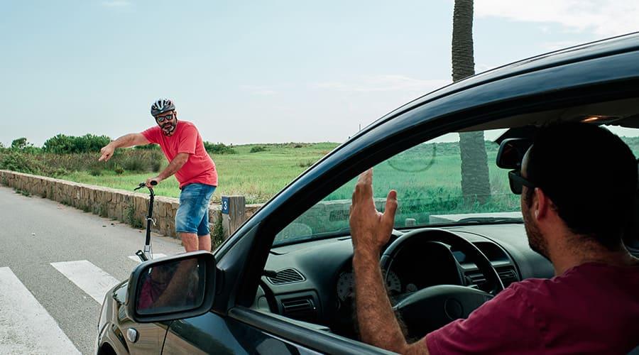 Sécurité en trottinette : garder un œil sur votre environnement : piétons, vélos, voitures ...