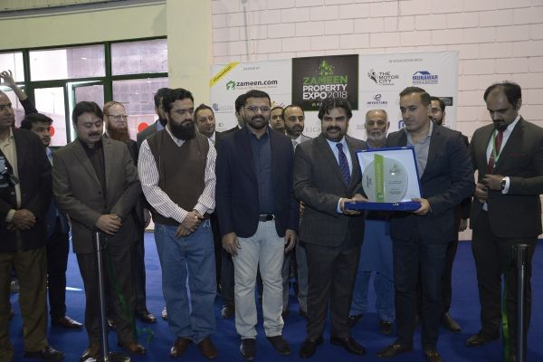 Mr. Zeeshan Ali Khan, CEO of Zameen.com is presenting a souvenir to Mr. Syed Nasir Hussain Shah, Minister for Transport and Mass Transit, Labour, Human Resources, Information Sindh