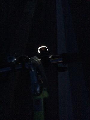 夜中の自転車灯