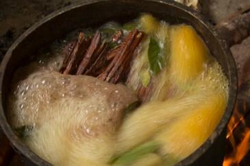 Forberedelse av tebrygget som er bedre kjent som ayahuasca. Det brygges på planten sjakrune. Foto: Jairo Galvis Henao CC.BY.NC.ND.