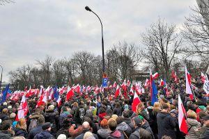 Demonstrasjon for demokriati i Warsawa i desember 2015. Foto: Adrian Grycuk CC.BY.SA