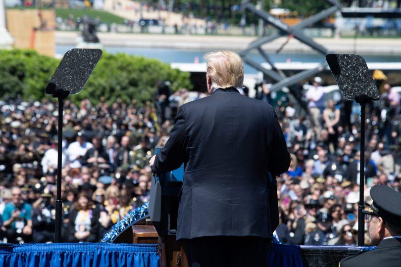 Donald Trump ser ut over et menneskehav på vestsiden av kongressbygningen.