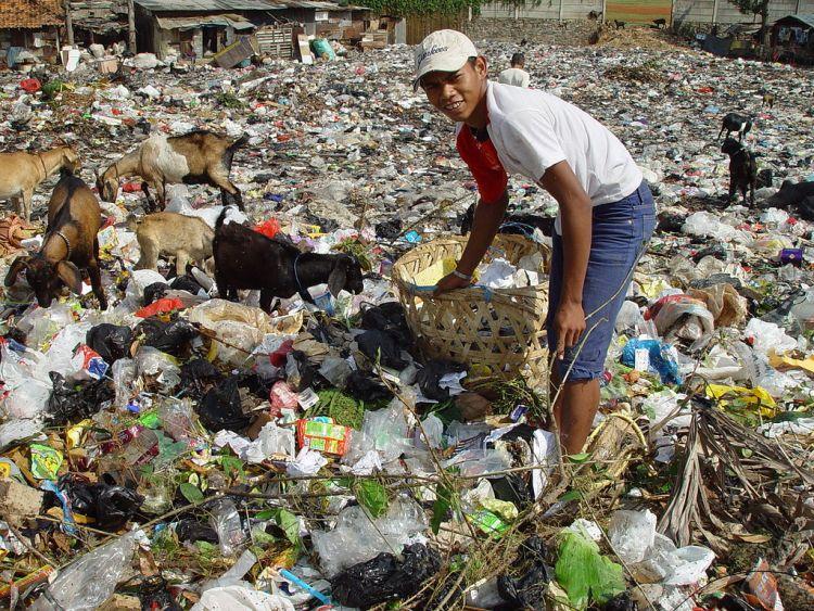 Slummen i Jakarta ligger helt intil store berg av plastiksøppel fra vesten. Foto: Jonathan McIntosh CC.BY.