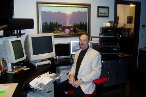 Terry Goodkind i sitt arbeidsværelse. Bildet i bakgrunnen er omslagsillustrasjonen på den første boken i Sannhetens sverd-serien. Foto: Ukjent/Falt i det fri.