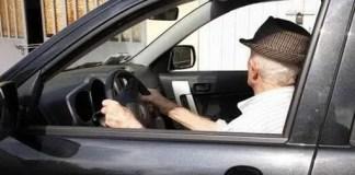 Ruba la patente a un pensionato: fermato