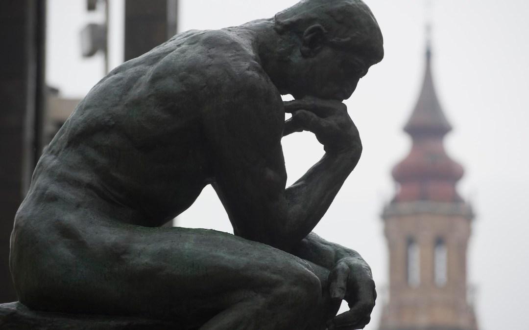 El pensador de Rodin. Escultura de mármol.