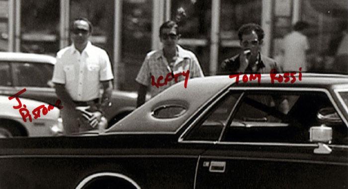 """Una fotografia scattata dall'FBI nel corso di un pedinamento. Da sx: Donnie Brasco (Joe Pistone), Benjamin """"Lefty"""" Ruggiero e Tony Rossi."""