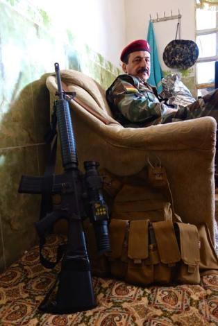 Il Generale Sarhad Anwarbag Betwata in pausa nel bunker fortificato della base militare dei combattenti peshmerga.