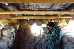 Si spara contro alcuni guerriglieri Isis, che tentano di invadere il perimetro della base dei combattenti peshmerga.