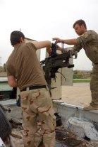 Un volontario americano che revisiona la funzionalità della mitragliatrice installata nella parte posteriore del veicolo sequestrato allo Stato Islamico