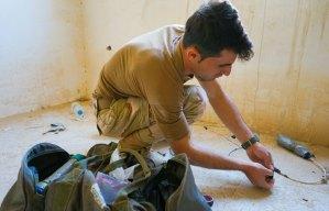 guerrigliero peshmerga dimostra come disarticolare un IED