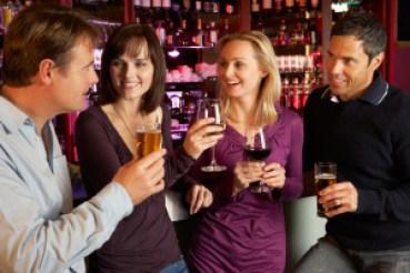 Groupe d'amis prenant un verre ensemble en Club.