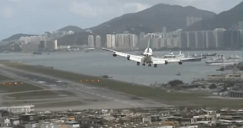World's Best Airport Landings #2: A Dramatic Turn And Touching The Roofs Of Buildings