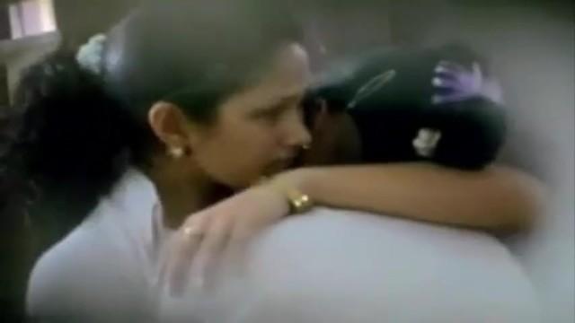 Malibog na Halikan ng Lesbian sa Loob ng Class room