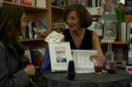 Moment convivial pendant la dédicace de Céline Flory à la librairie Nicole Maruani