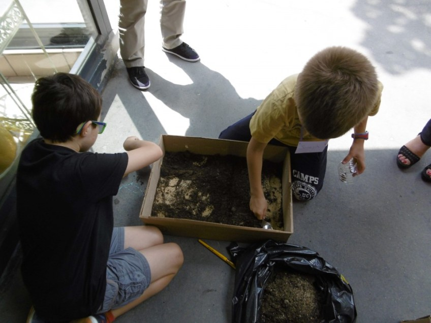 Les petits archéologues en pleine fouille