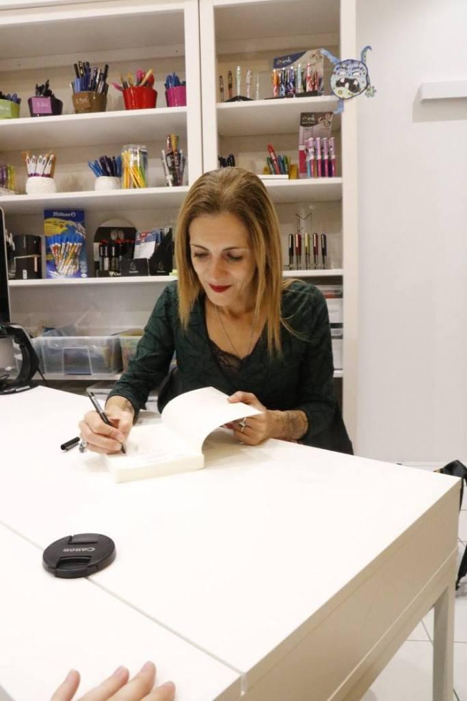 claire barré en signature à la librairie maruani