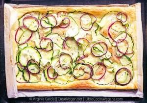 Hojaldre de paté vegetal, calabacín y cebolla morada