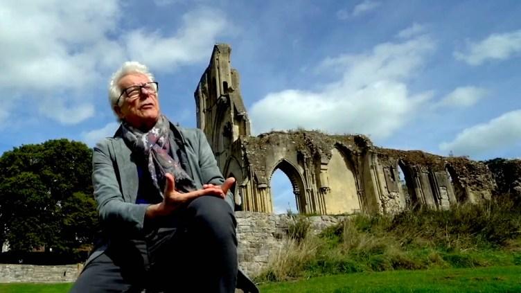 El escritor Ken Follet habla sobre sus libros ante las ruinas de una catedral