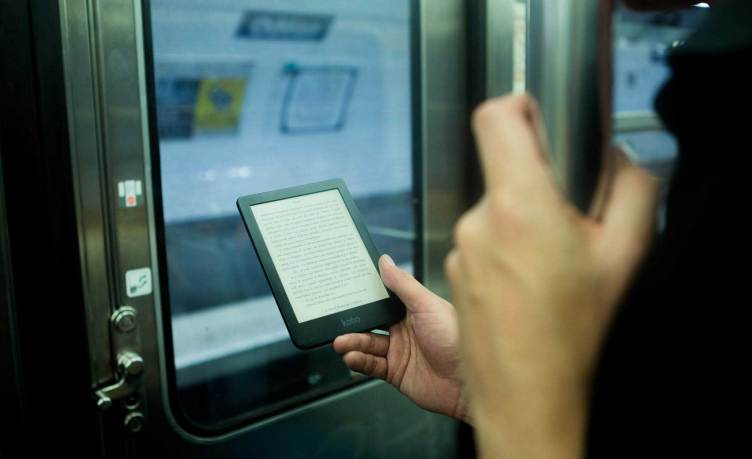 Libro electrónico en transporte público