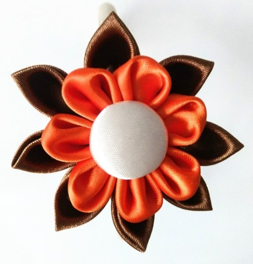flor kanzashi marrón y naranja