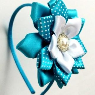 diadema kanzashi de pétalos azul blanco y topos