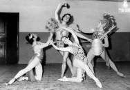 1972-11-07-ADRIANA LECOUVREUR-G. Coll, Asun. Aguadé, Angels Aguadé, A. Rovira-assatg abans de la funció