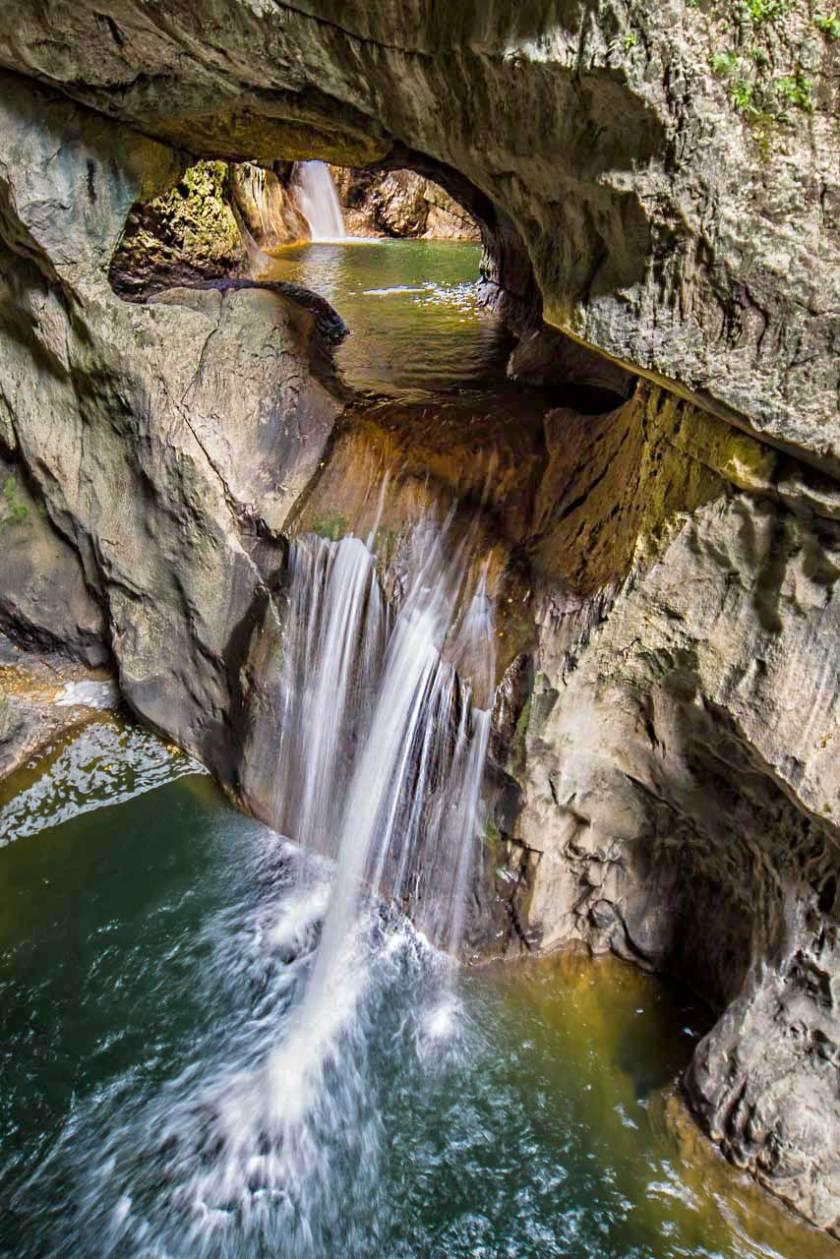 Der Fluß Reka hat Kalkstein im Karst gelöst und Höhlen sowie Dolinen entstehen lassen