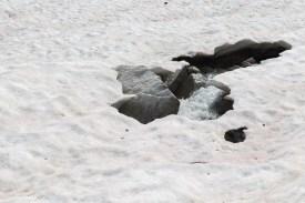 Vorsichtig über die Schneefelder gehen