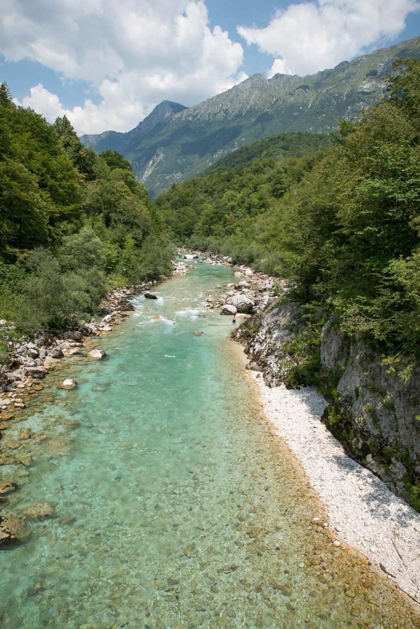 Über eine Hängebrücke geht es über die türkisblaue, glasklare Soča