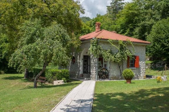 Neben dem Beinhaus befindet sich eine private Museumssammlung