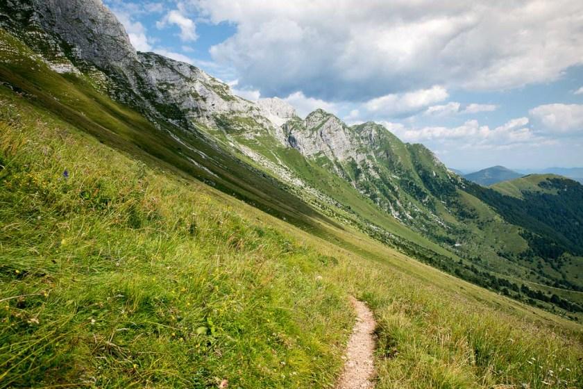 Schmale Wanderwege über die Grashänge