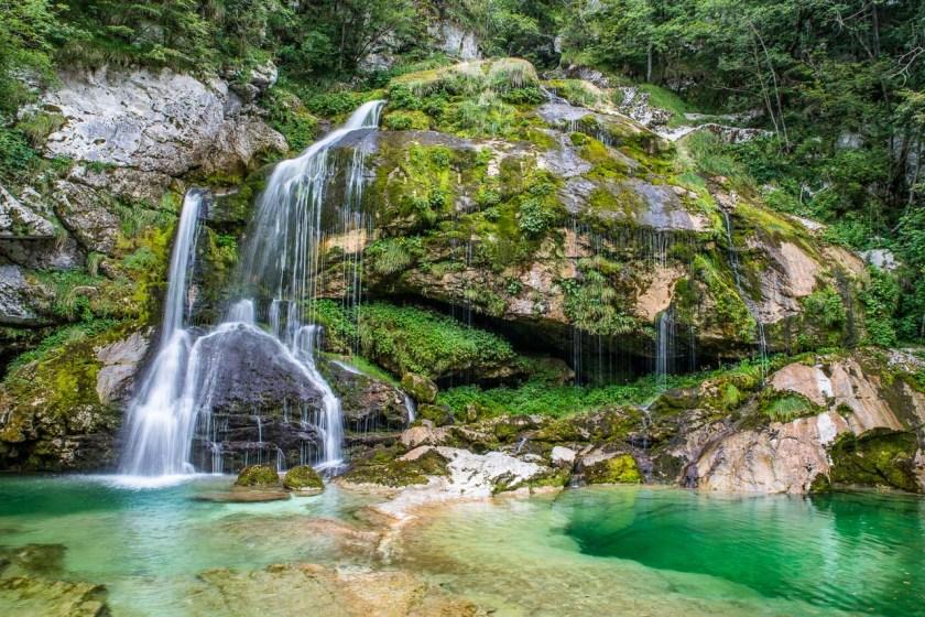 Der Wasserfall Slap Virje fällt aus 12 m Höhe in glasklare grüne Gumpen