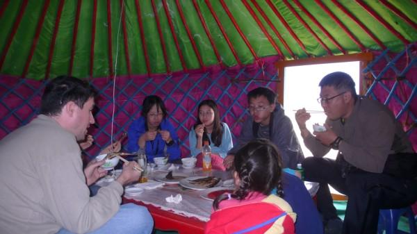 ארוחה במאהל מונגולי