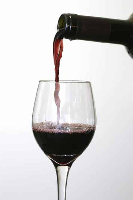 Compuestos del vino podrían combatir un microbio causante de infecciones en el intestino