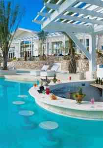 El bar en piscina