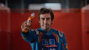 Fernando Alonso con la bebida isotónica