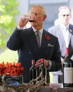 Príncipe británico Carlos bebiendo vino en Australia