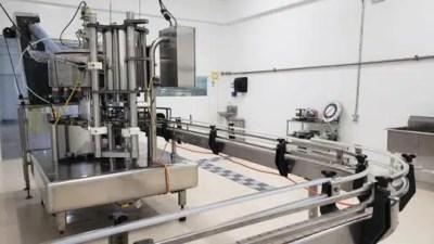 Entre tanto el proceso de envasado y etiquetado se realiza manualmente en sus instalaciones en Coamo.